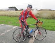 Jean QUETIER, Maire de Sainte-Mère-Eglise, avait revêtu l'équipement du cyclo et nous montre le bidon aux couleurs du Grand Départ