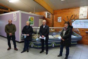 Marie-Agnès Hérout, Vice-Présidente de la CCBDC en charge du développement durable, et Antoine Digard, Conseiller délégué de l'agglo du Cotentin en charge de l'agriculture et des circuits courts, ont accueilli la presse dans les locaux de la chèvrerie.