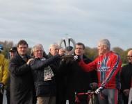 Les élus de la Manche et de la Baie du Cotentin brandissant le trophée